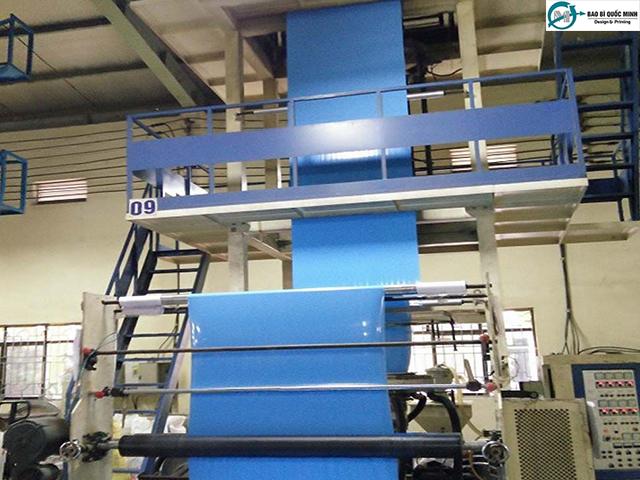 Công đoạn thổi màng - tạo cuộn khi sản xuất túi nilong